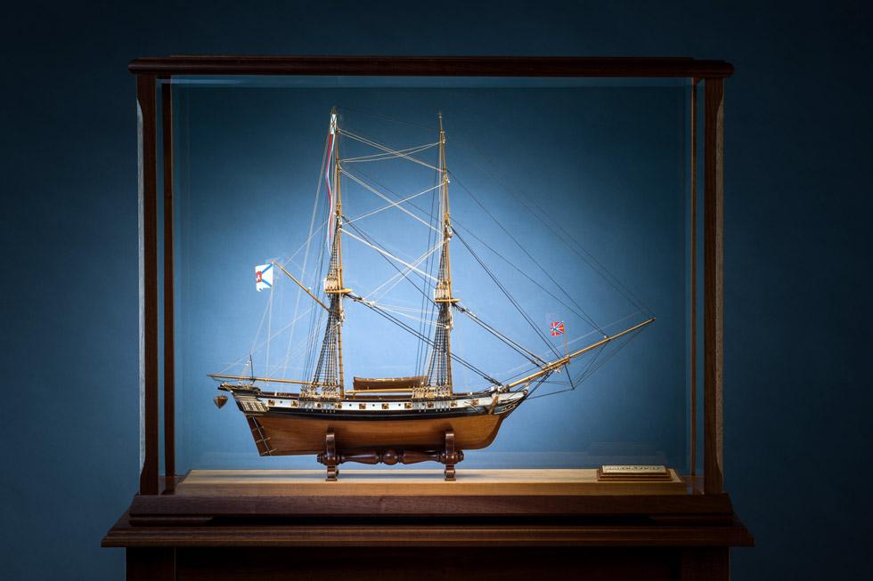 Nahaufnahme einer Glasvitrine in der ein Segelschiff Modell steht.