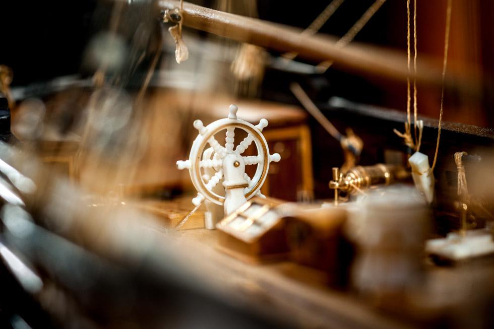 Detailaufnahme eines Steuerrades von einem Schiffsmodell.