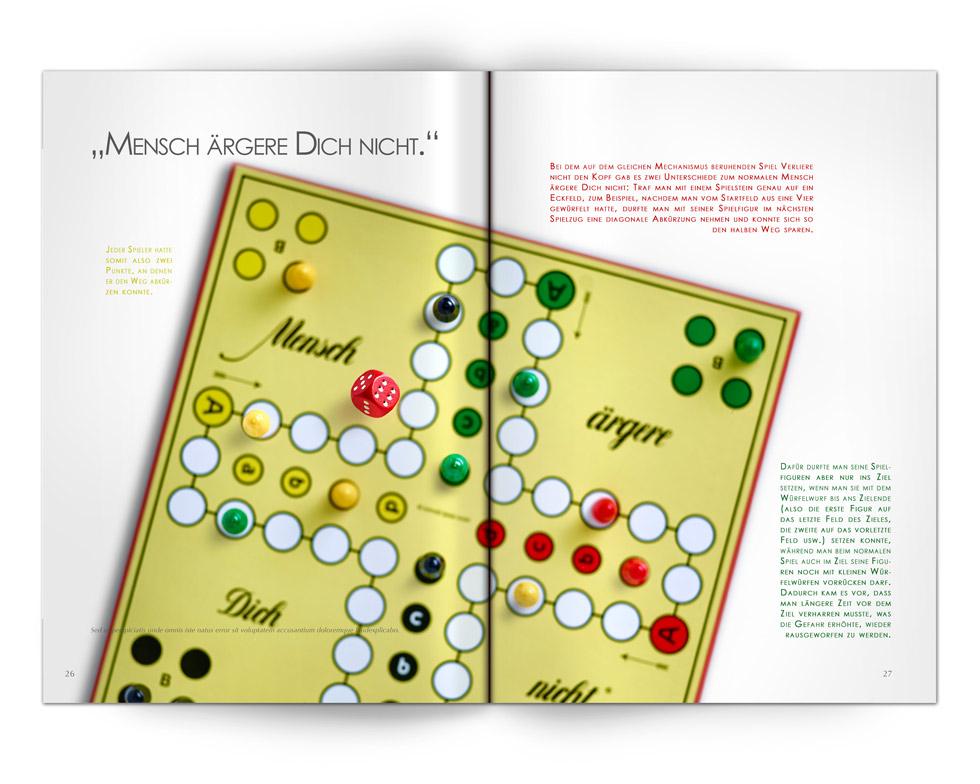 """Aufgeschlagene Zeitschrift mit Text und mittig einem Bild vom Spiel """"Mensch ärgere Dich nicht """" aus der Vogelperspektive."""